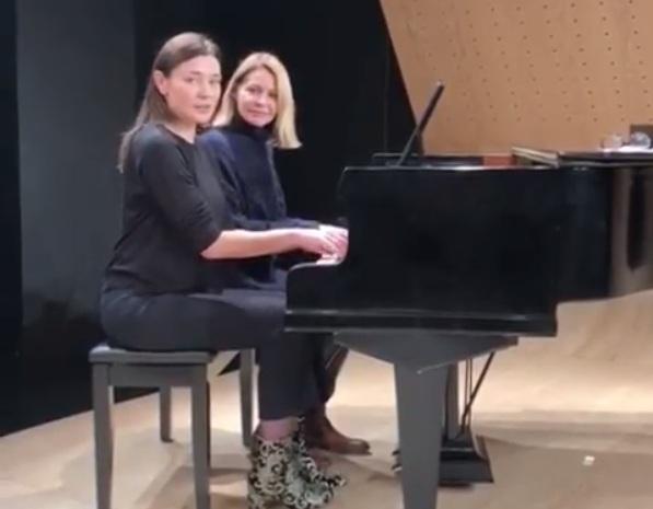 Τζένη Μπαλατσίνου: Παίζει πιάνο μαζί με την Μαρία Ναυπλιώτου και το… απολαμβάνει! VIDEO | tlife.gr