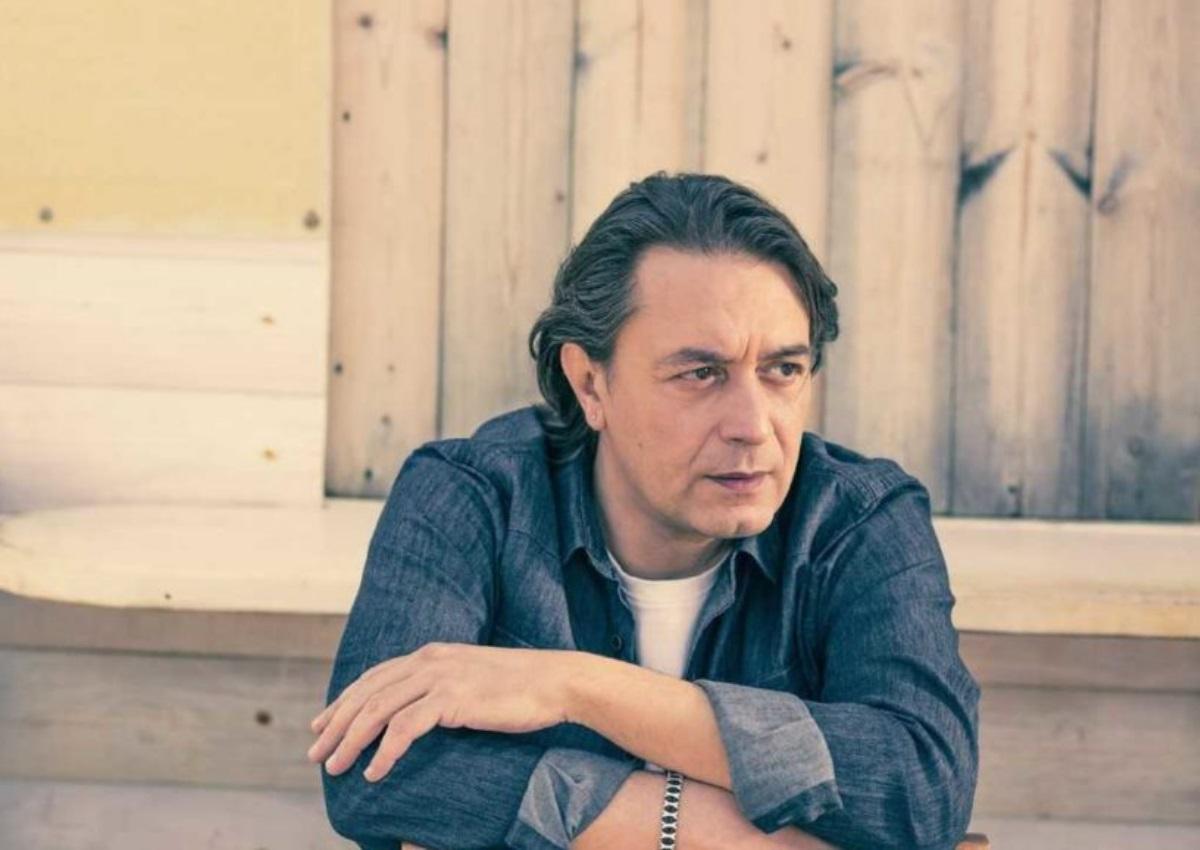 Γιάννης Κότσιρας: Δες τον αγαπημένο τραγουδιστή να πλένει τα μπιμπερό μαζί με τον γιο του! [pics]
