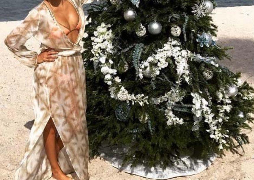 Στόλισε χριστουγεννιάτικο δέντρο στην παραλία, φορώντας το μαγιό της!   tlife.gr
