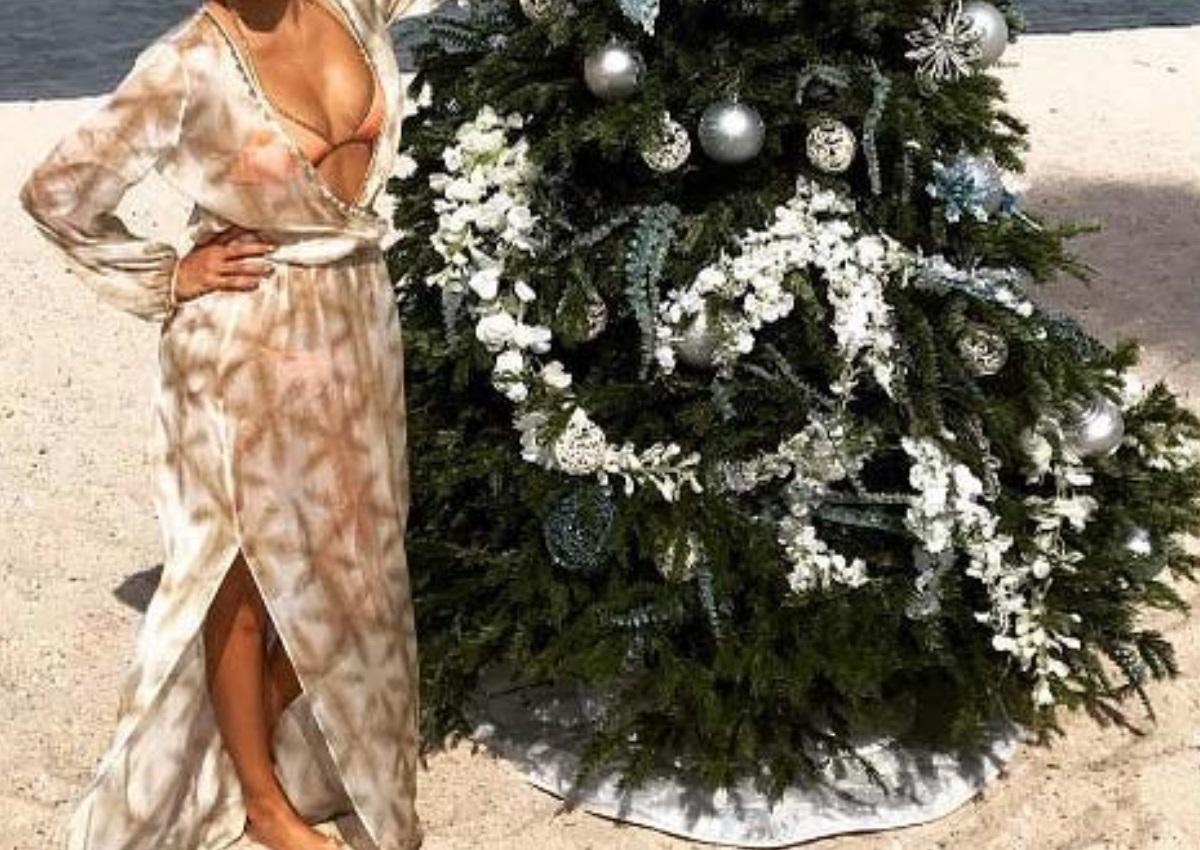 Στόλισε χριστουγεννιάτικο δέντρο στην παραλία, φορώντας το μαγιό της! | tlife.gr