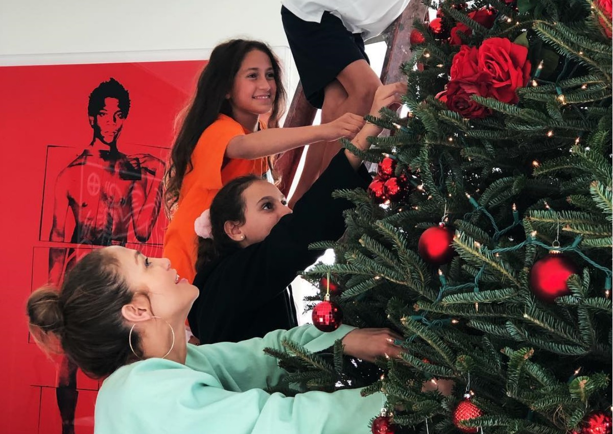Jennifer Lopez: Στόλισε το χριστουγεννιάτικο δέντρο της μαζί με τα δίδυμα παιδιά της και τον σύντροφο της! [pics,vid] | tlife.gr