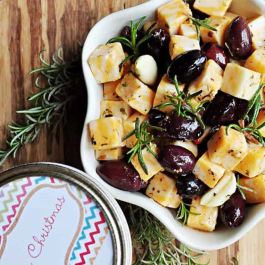 Γραβιέρα Νάξου και ελιές μαριναρισμένες με ξύδι και μυρωδικά   tlife.gr