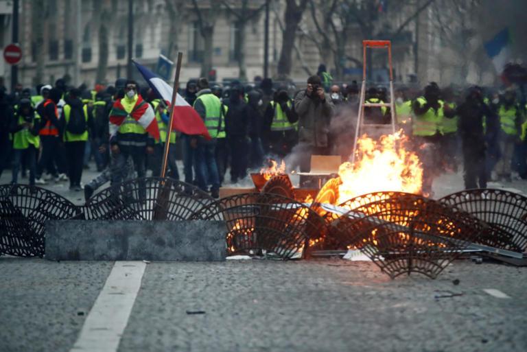 Εμπόλεμη ζώνη το Παρίσι! Οδοφράγματα, φωτιές, τραυματίες πλαστικές σφαίρες! Σχεδόν 1000 οι προσαγωγές! | tlife.gr
