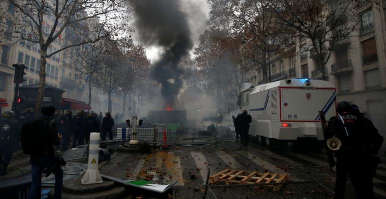 Με την πλάτη στον τοίχο ο Μακρόν, μετά τις σκηνές χάους στο Παρίσι! Έκτακτη σύσκεψη στο Ελιζέ | tlife.gr