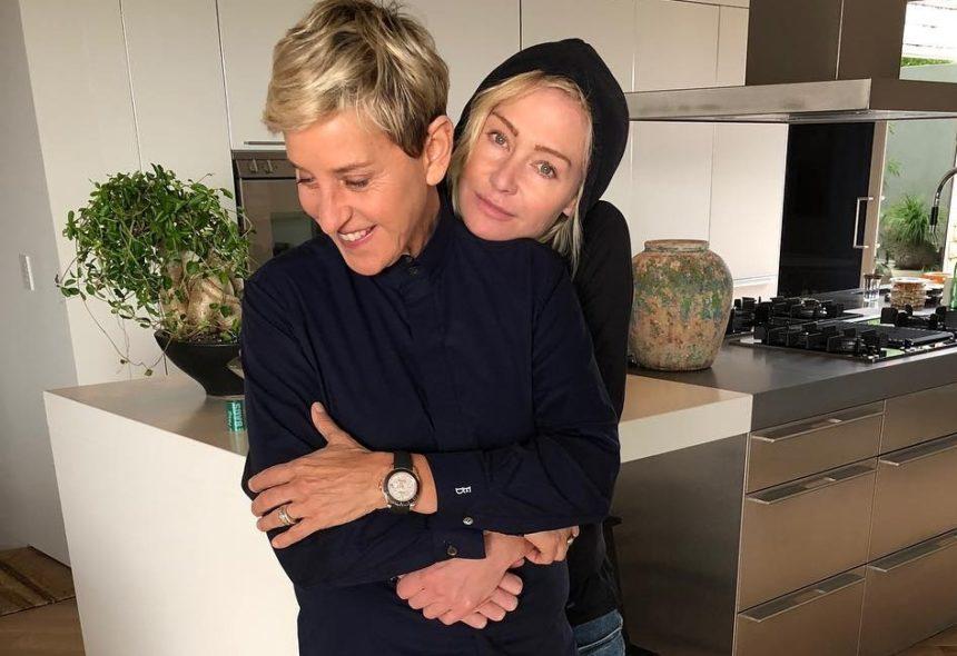 Ellen DeGeneres:  Η σύζυγός της μας δείχνει το χριστουγεννιάτικο δέντρο στο σαλόνι τους! Ποιο γεγονός γιόρτασαν; [pic] | tlife.gr