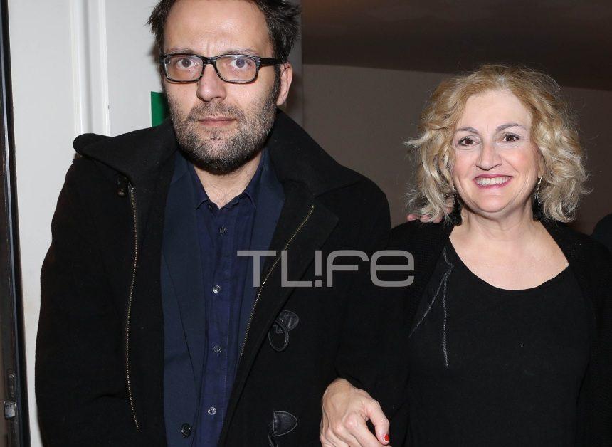 Αύγουστος Κορτώ: Σπάνια βραδινή έξοδος με τον σύζυγό του Τάσο στο θέατρο! [pics] | tlife.gr