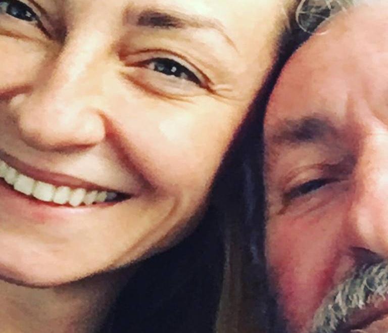 Συγκινεί η Ρούλα Ρέβη: Ζητά δημόσια συγγνώμη στον πατέρα της που έφυγε από τη ζωή το 2018 | tlife.gr