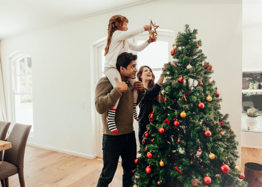 Rocking Around: Πώς να κάνεις το χριστουγεννιάτικο δέντρο ασφαλές για τα παιδιά