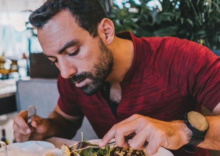 Σάκης Τανιμανίδης: Μπήκε στην κουζίνα και μαγείρεψε μαζί με τη μητέρα του! [pic] | tlife.gr