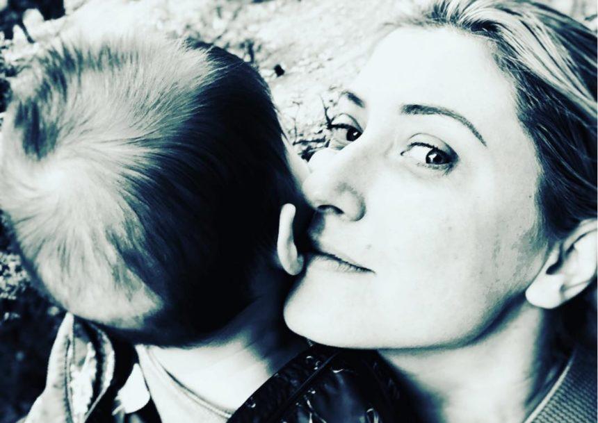 Σία Κοσιώνη: Φωτογραφίζει τον Κώστα Μπακογιάννη με τον γιο τους, στο Καρπενήσι! [pic] | tlife.gr