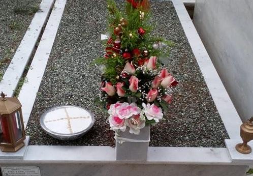 Συγκινεί γνωστή Ελληνίδα: Μόλις στόλισε δέντρο στο τάφο της μητέρας της [pic]   tlife.gr