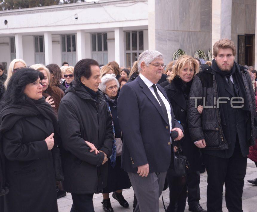 Μαριάννα Τόλη: Συντετριμμένος ο 22χρονος γιος της στην κηδεία | tlife.gr
