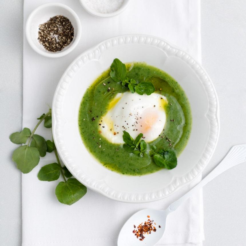 Σούπα βελουτέ με αρακά, σπαράγγια και ποσέ αυγό