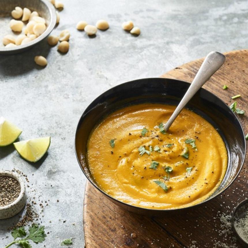 Σούπα βελουτέ με γλυκοπατάτα, μακαντέμια και τζίντζερ