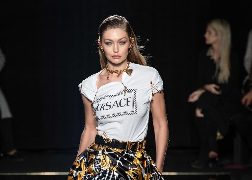 Versace: Το pre – fall show με τα εντυπωσιακά prints και χρώματα και οι stylish σταρ στο fornt row