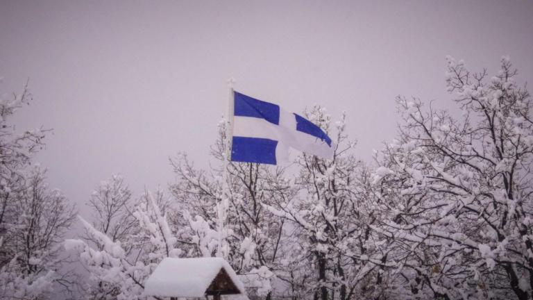 Καιρός: Η ελληνική σημαία δίνει χρώμα στο λευκό σκηνικό – Οι εικόνες της ημέρας στα χιόνια [pics, video] | tlife.gr