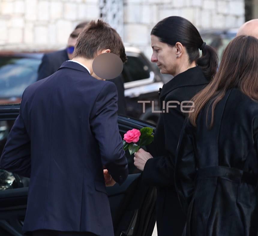 Θέμος Αναστασιάδης: Η σύζυγός του με τα παιδιά τους στο τελευταίο αντίο στον αγαπημένο τους | tlife.gr