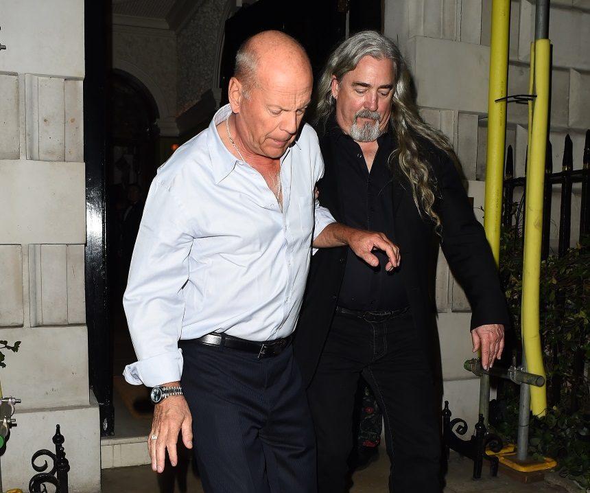 Ο Bruce Willis όπως δεν τον έχεις ξαναδεί! Υποβασταζόμενος από τους σωματοφύλακες του στο Λονδίνο – Φωτογραφίες | tlife.gr