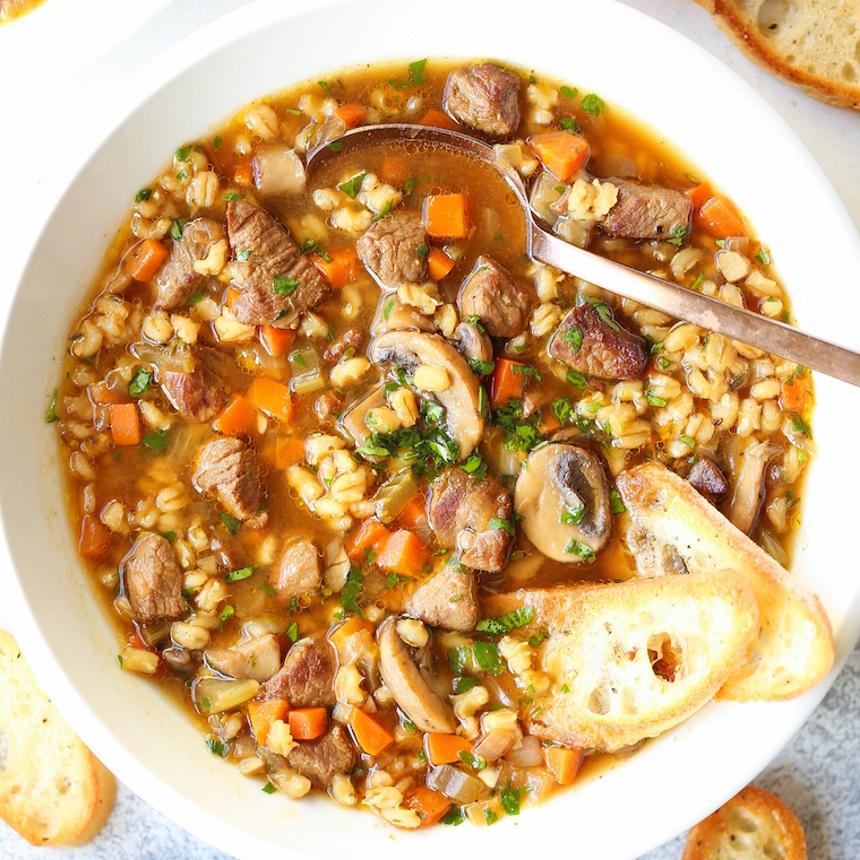 Σιγομαγειρεμένη κρεατόσουπα με λαχανικά και κριθάρι