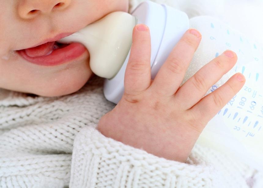 Μπιμπερό: Τέσσερις μύθοι για το τάισμα του μωρού με μπουκάλι και πώς καταρρίπτονται