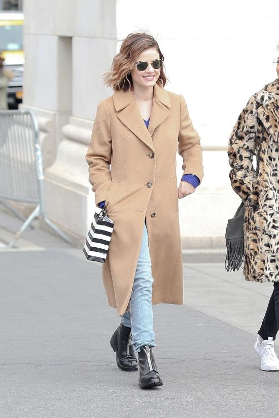 Θα ξεκινήσουμε με την εμφάνιση της Lucy Hale κι ένα στιλ σε πιο casual  ύφος. Το αγαπημένο σου τζιν ταιριάζει άψογα με αυτό το κομμάτι f9123a978fa