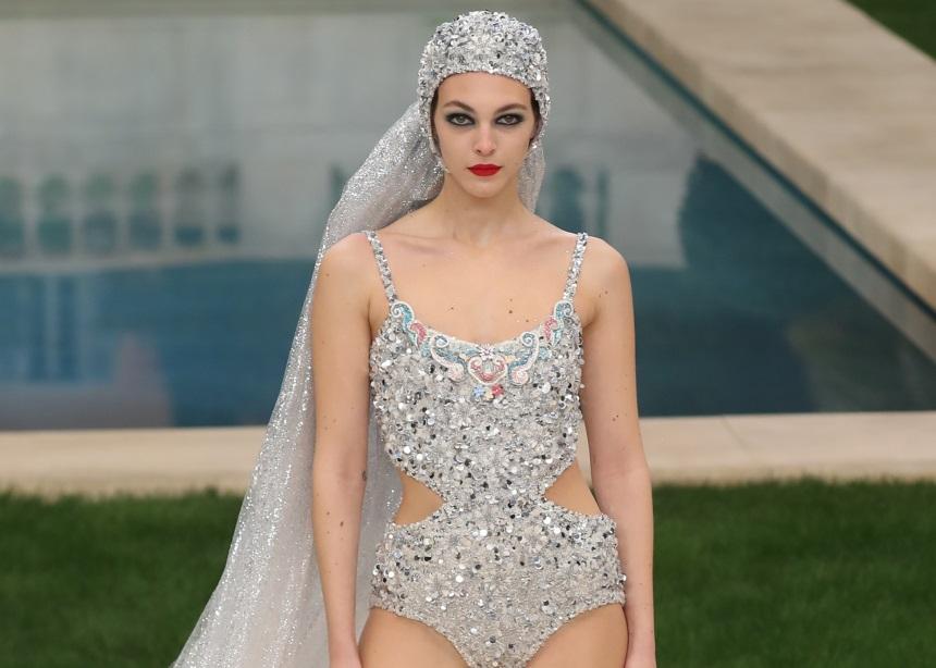 Η νέα Couture συλλογή του οίκου Chanel είχε ακόμα και μαγιό κεντημένο με πολύτιμες πέτρες
