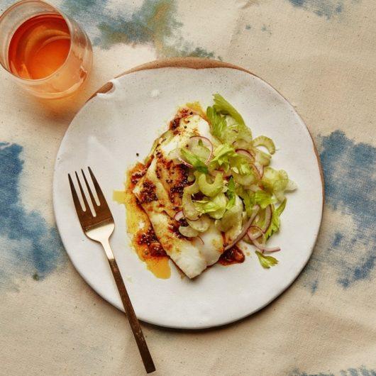 Μπακαλιάρος αρωματισμένος με κάρυ και σαλάτα σέλερι | tlife.gr