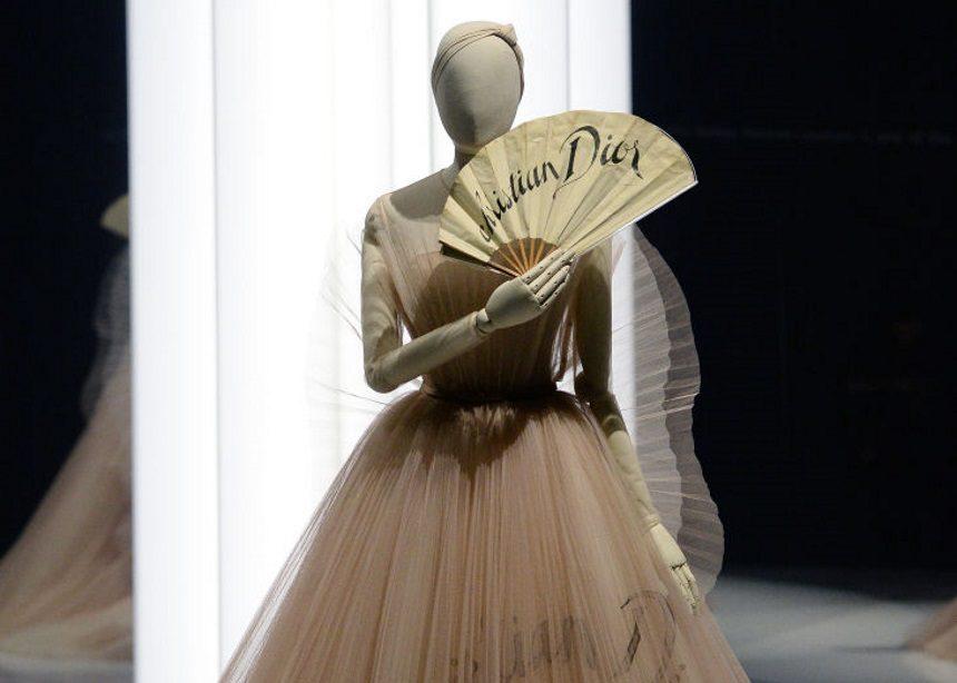 Christian Dior: Μια μεγάλη έκθεση με couture gowns και φορέματα από τη βασιλική οικογένεια | tlife.gr