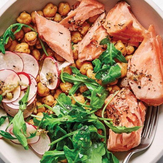 Τρυφερός σολομός με αρωματική σαλάτα ρόκα και ρεβίθια | tlife.gr