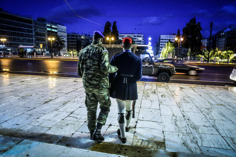 Με τζιπ η αλλαγή φρουράς στον Άγνωστο Στρατιώτη – Συγκινητικές εικόνες | tlife.gr