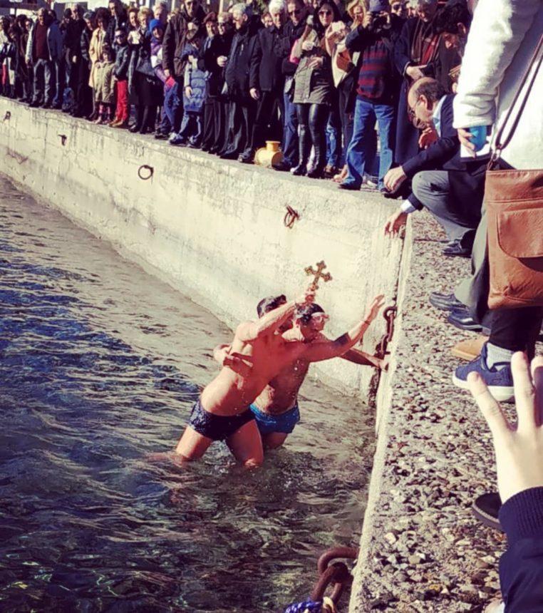 Ποιος γνωστός Έλληνας βούτηξε στα παγωμένα νερά και έπιασε τον Σταυρό; [pic,video]   tlife.gr