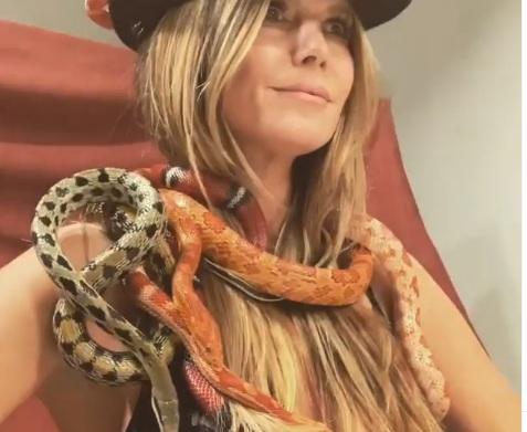 Η Heidi Klum ζωσμένη κυριολεκτικά με φίδια για χάρη του GNTM! Video | tlife.gr