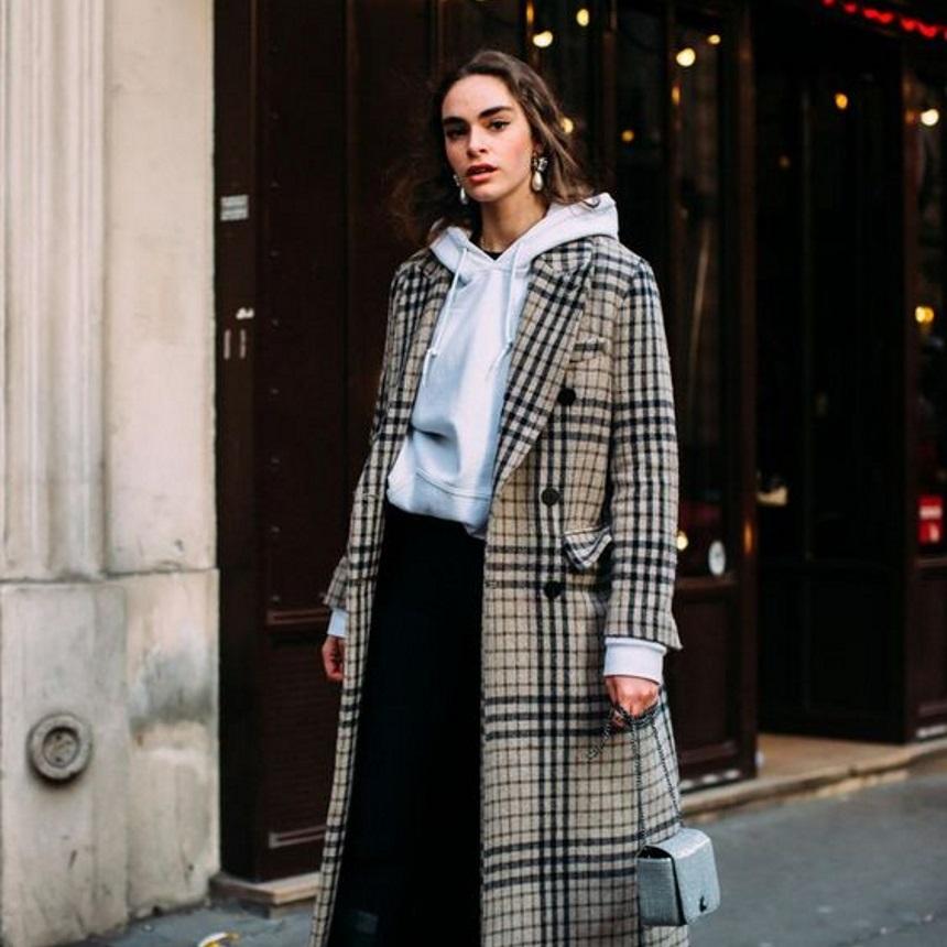 Παλτό και hoodie: Ένας σούπερ συνδυασμός που αξίζει να υιοθετήσεις τις κρύες μέρες | tlife.gr