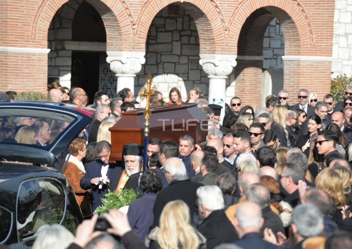 Θρήνος στην κηδεία του Θέμου Αναστασιάση – Με χειροκροτήματα οδηγήθηκε στην τελευταία του κατοικία | tlife.gr