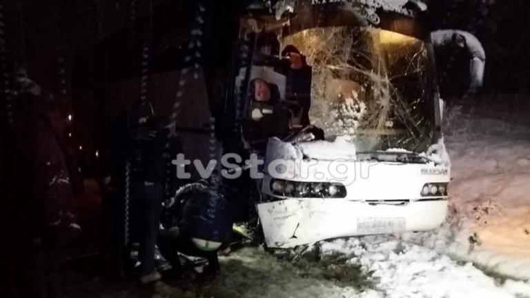 Λεωφορείο του ΚΤΕΛ συγκρούστηκε με εκχιονιστικό! [pics] | tlife.gr