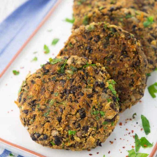 Vegan μπιφτέκια με μαύρα φασόλια και λάιμ | tlife.gr