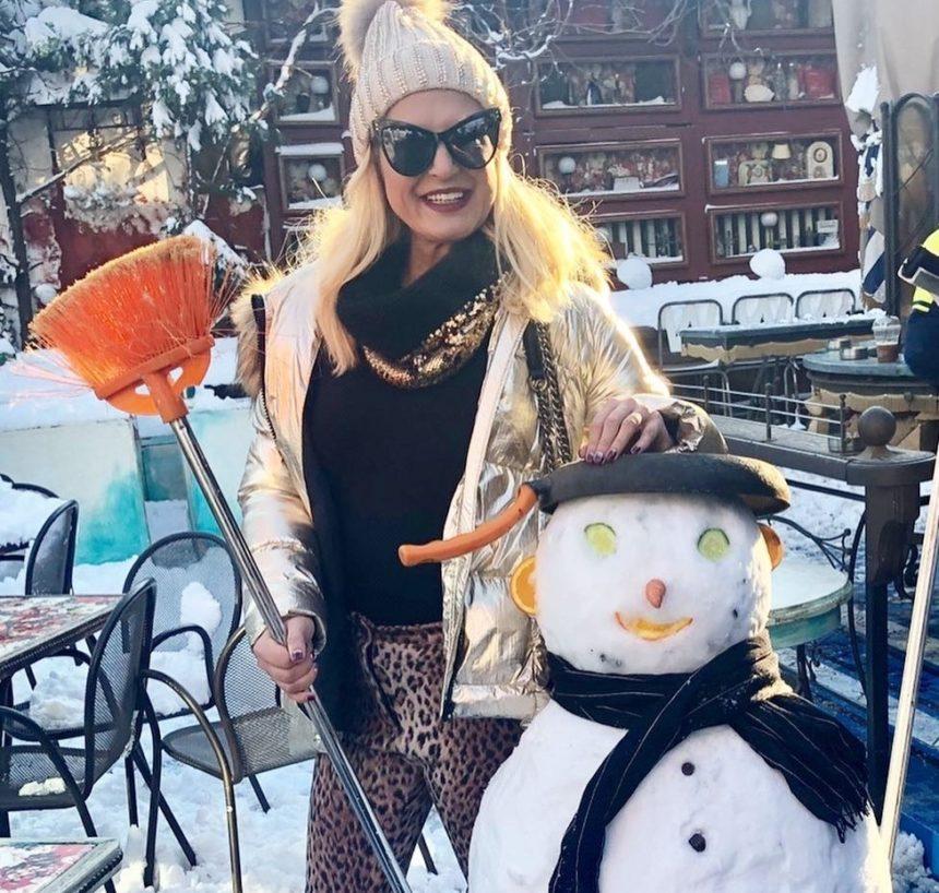 Μαρίνα Πατούλη: Ποζάρει στα χιόνια με…σκούπα και χιονάνθρωπο και δίνει το δικό της μήνυμα! | tlife.gr