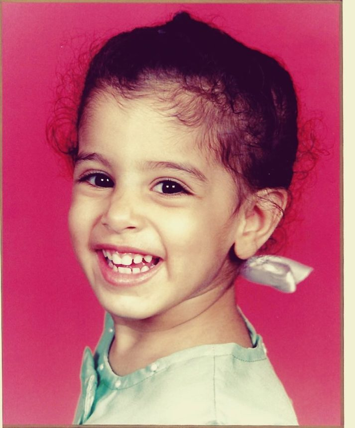 Το χαριτωμένο κοριτσάκι της φωτογραφίας είναι διάσημη Ελληνίδα τραγουδίστρια! | tlife.gr