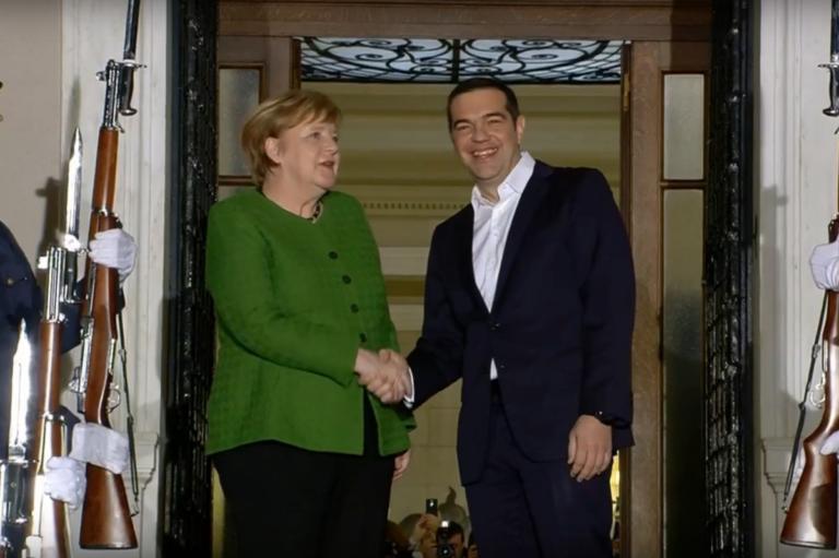 Επίσκεψη Μέρκελ: Με… φιλιά και αβροφροσύνες η υποδοχή στην καγκελάριο | tlife.gr