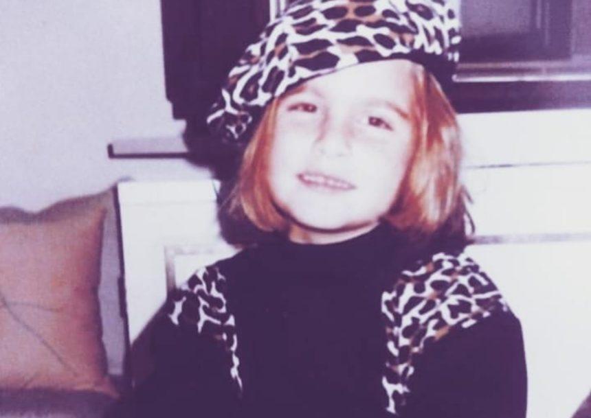 Το χαριτωμένο κοριτσάκι της φωτογραφίας είναι νεαρή Ελληνίδα τραγουδίστρια – Την αναγνωρίζεις; | tlife.gr