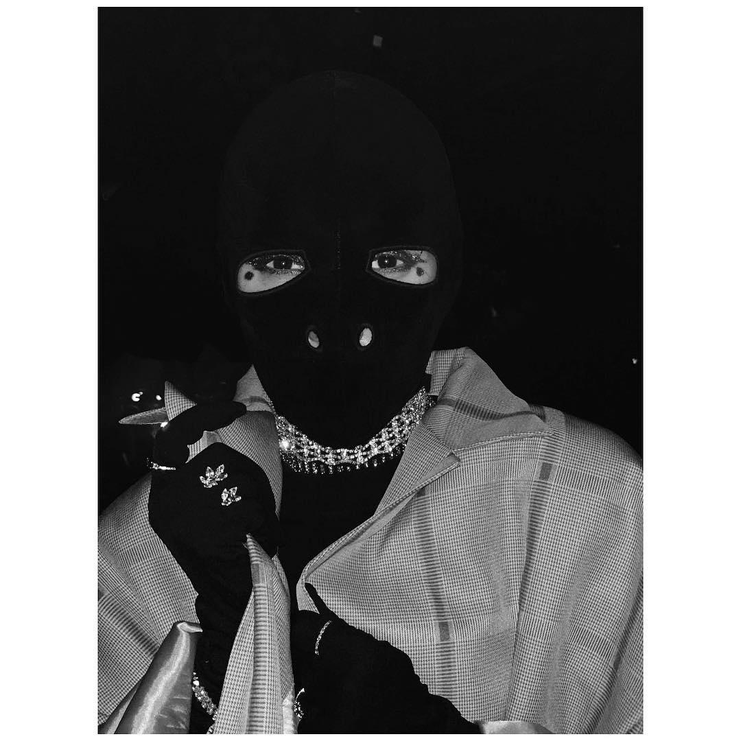 Πίσω από τη μαύρη fashion μάσκα κρύβεται διάσημη τραγουδίστρια! | tlife.gr