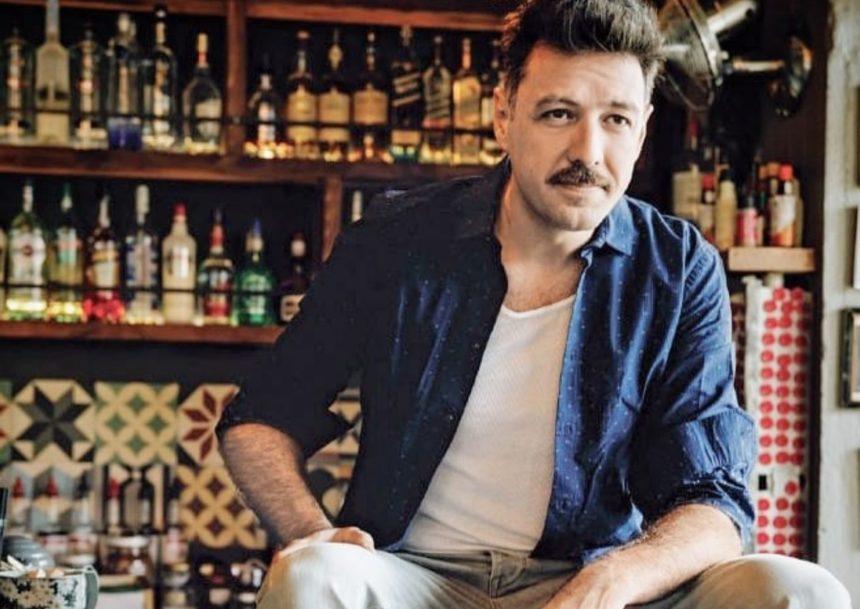 Μάνος Παπαγιάννης: Ξύπνησε ημίγυμνος στο κρεβάτι του και ποζάρει όπως δεν τον έχεις ξαναδεί! (pic) | tlife.gr