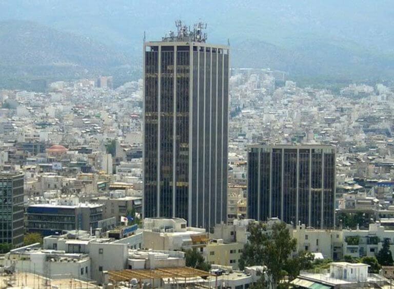 Άνδρας πήδηξε από την ταράτσα του πύργου των Αθηνών   tlife.gr