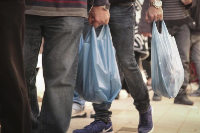 Πλαστική σακούλα: Αυξήθηκε από σήμερα η τιμή της – Πόσο θα χρεώνεται | tlife.gr