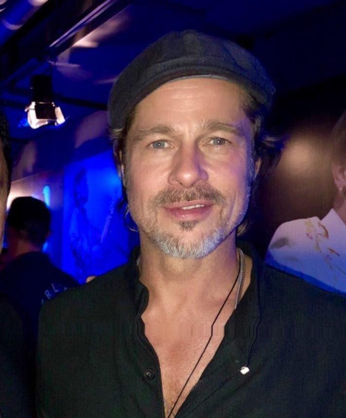 Ποιος  Έλληνας παρουσιαστής, έβγαλε selfie με τον Brad Pitt και την Μiley Cyrus; Φωτογραφίες | tlife.gr