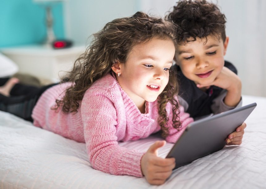 Παιδί και φωτεινές οθόνες: Μήπως τελικά δεν είναι τόσο καταστροφικός συνδυασμός;   tlife.gr