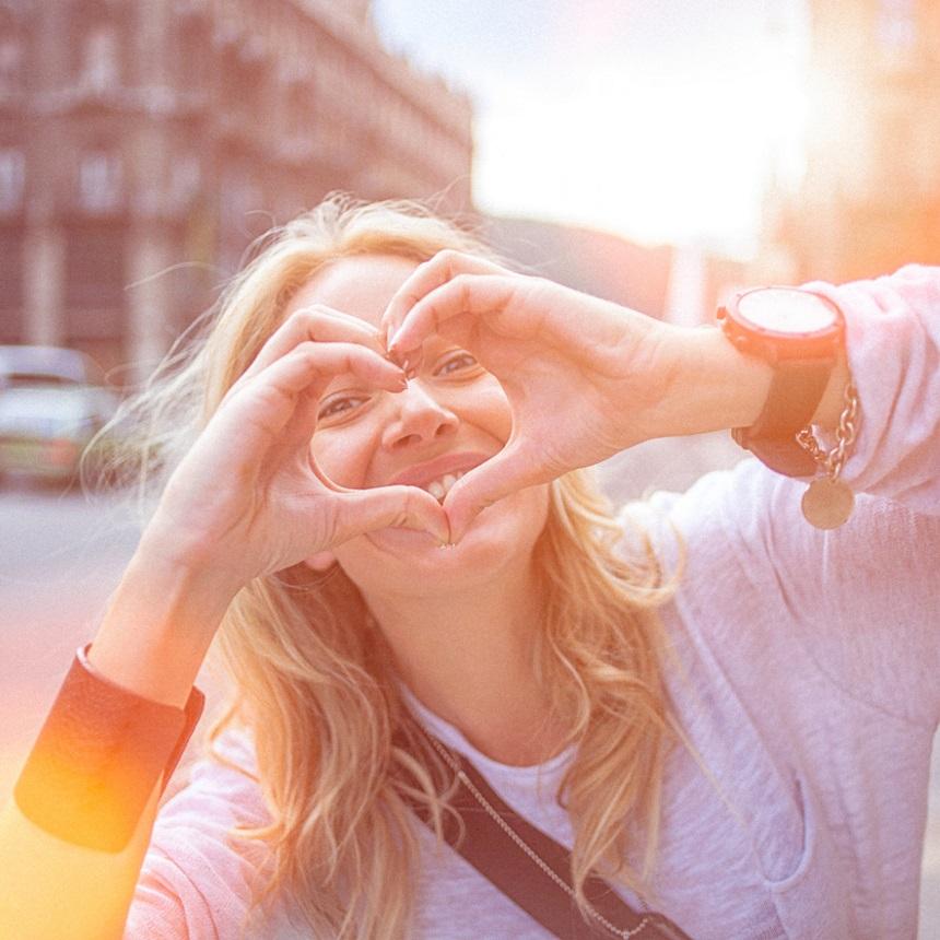 Μην καλύπτεις τους καρπούς των χεριών σου όταν είσαι με κάποιον που σου αρέσει! | tlife.gr