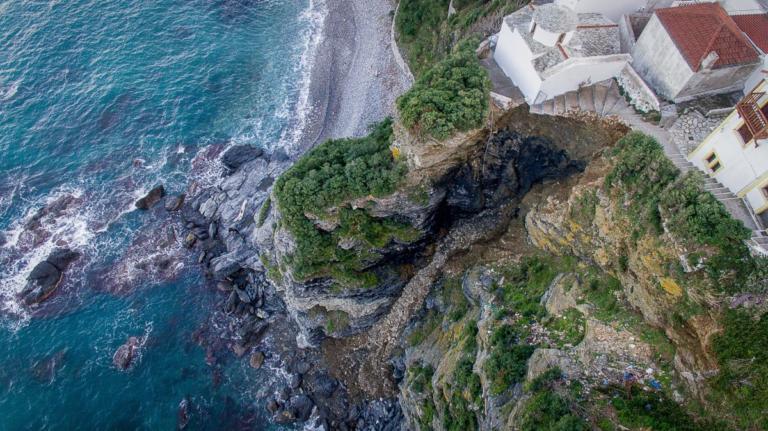 Σκόπελος: «Βρισκόμαστε στο χείλος του γκρεμού» – Συναγερμός στο νησί μετά την κατολίσθηση – video, pics | tlife.gr