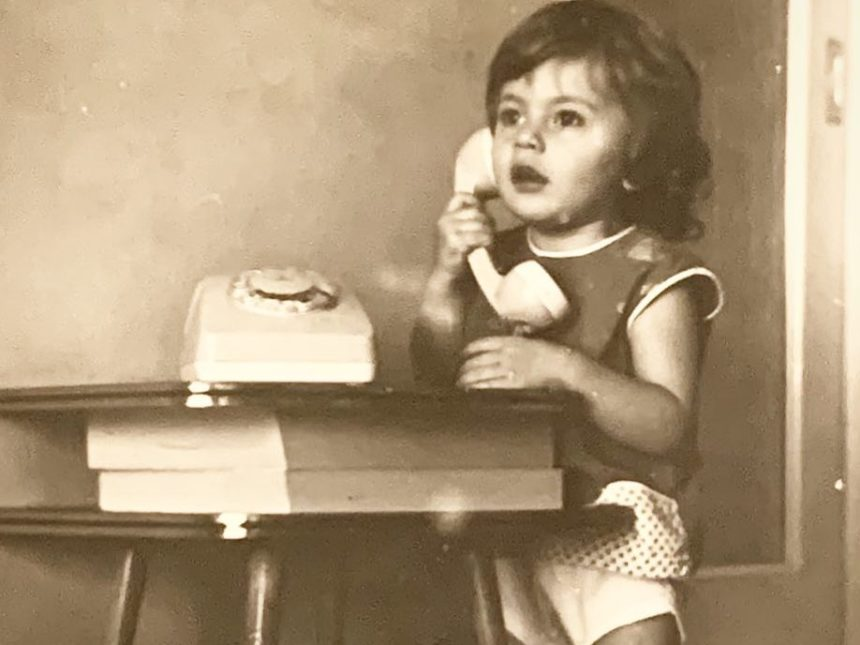 Το κοριτσάκι της φωτογραφίας είναι σήμερα πρωταγωνίστρια του θεάτρου και της τηλεόρασης!   tlife.gr