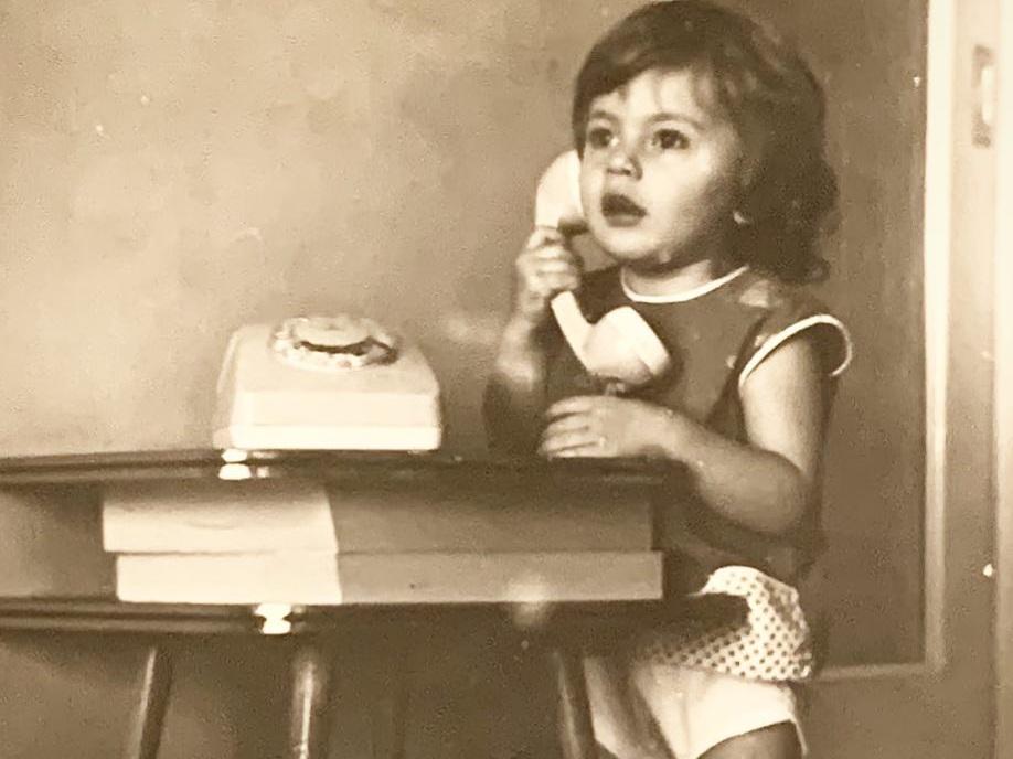 Το κοριτσάκι της φωτογραφίας είναι σήμερα πρωταγωνίστρια του θεάτρου και της τηλεόρασης! | tlife.gr